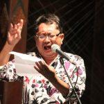 Budhi Wiryawan membaca puisi di Tembi Rumah Budaya
