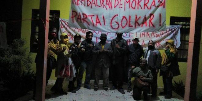 Aksi Demo Tengah Malam di Kantor Partai Golkar Yogya