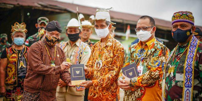 "Tiga Pakaian Adat Bertemu: Pangdam Mulawarman Saksikan Penyerahan ""Masyarakat Pancasila"""